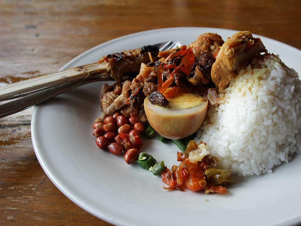 Suka Street Food, Mungkin Obama Mau Coba Nasi Ayam Kedewatan di Ubud?