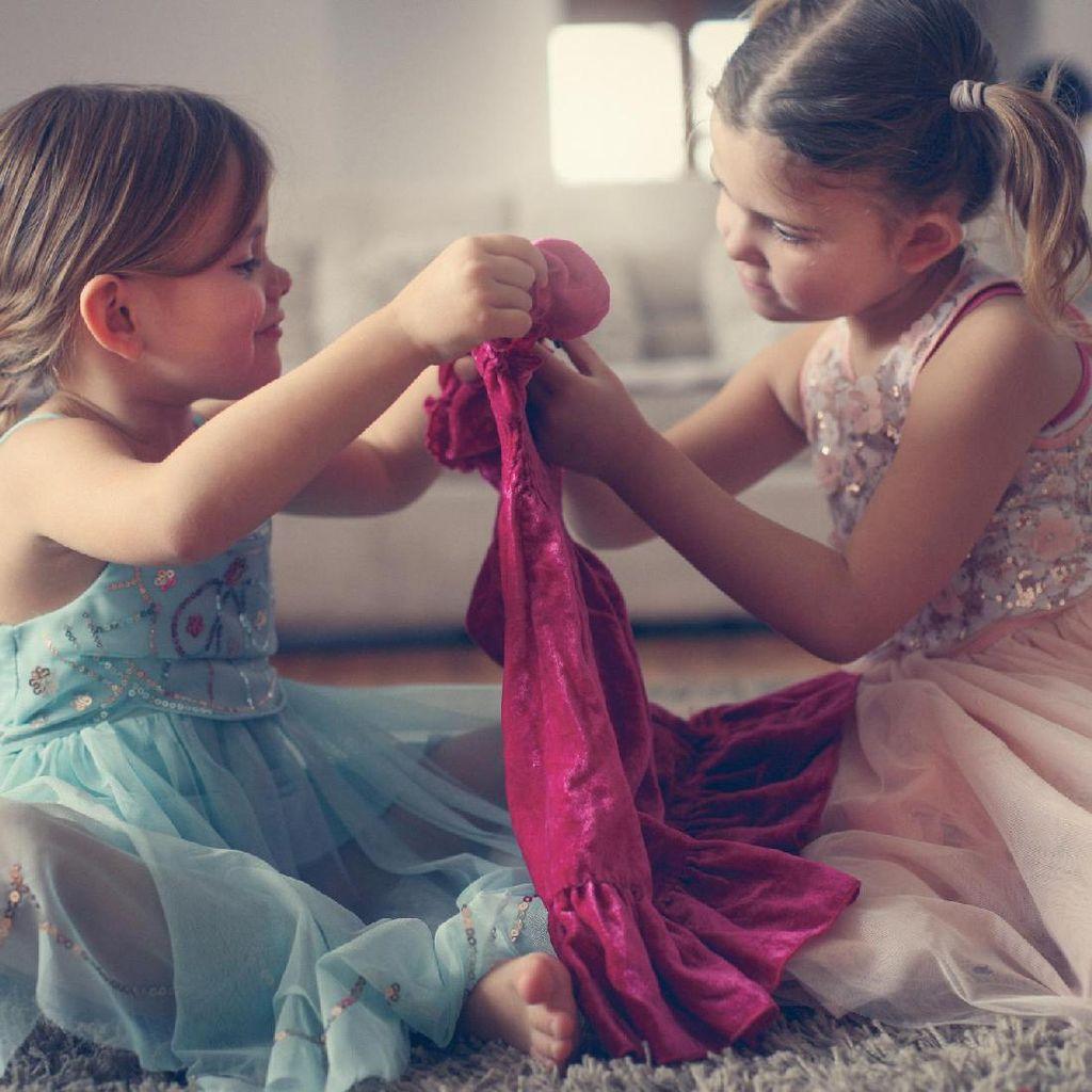 Kata Psikolog Ketika Anak Pamer Baju Lebaran ke Teman-temannya
