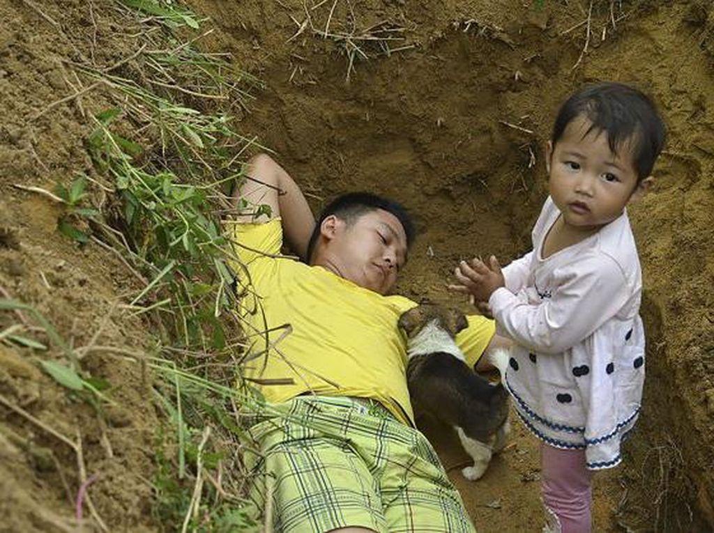 Alasan Mengharukan Ayah Ajak Main Anaknya di Kuburan Setiap Hari