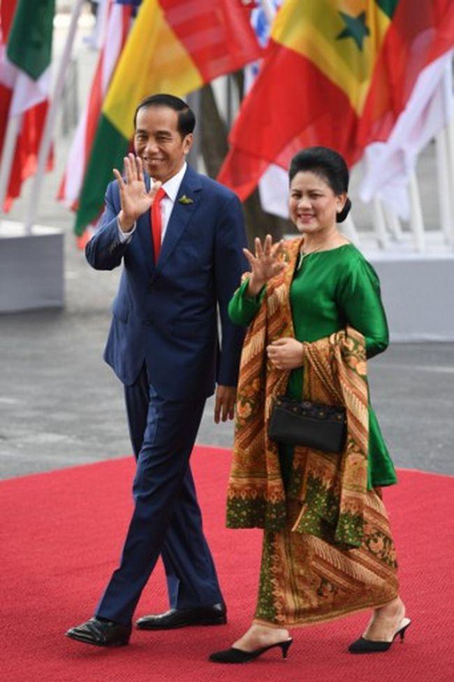 Ini Model Baju Andalan Iriana Jokowi Saat Temui Tamu