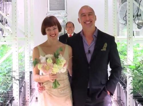 Pasangan Ini Menikah di Tempat Budidaya Ganja