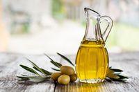 Gunakan serum untuk membuat bibir Anda lembut. Anda bisa menggunakan minyak kelapa, minyak almond atau minyak zaitun. Oleskan ke bibir Anda semalaman dan bilas bibir Anda keesokan paginya untuk mendapatkan bibir yang lembut dan bercahaya. Foto: iStock