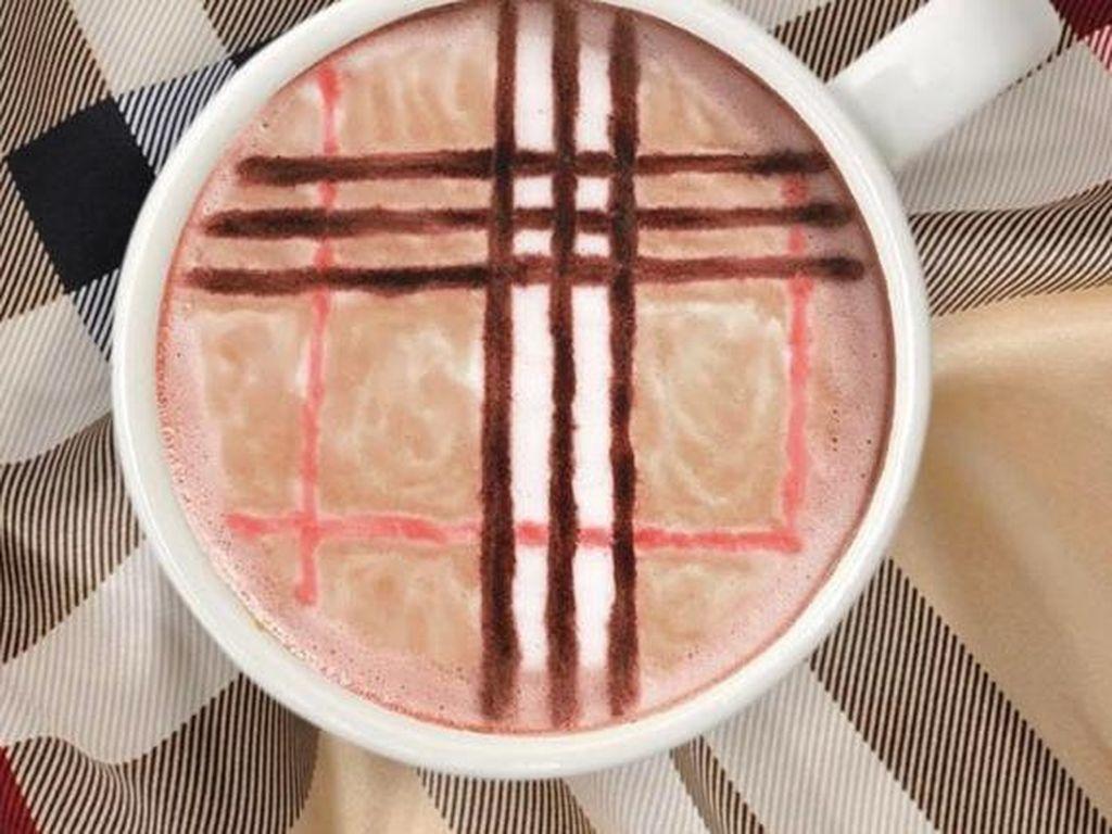 Kreator Designer Lattes punya situs belanja online Coffee 'N Clothes. Jadi wajar saja ia membuat latte dengan pola kotak-kotak Burberry.