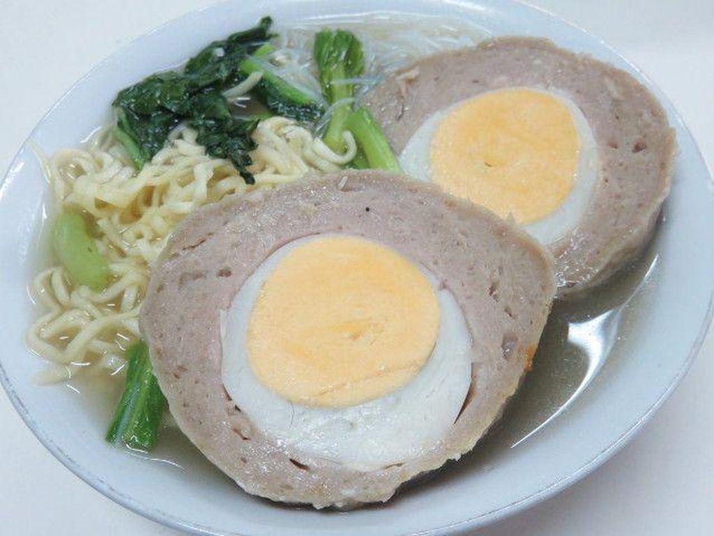 Bakso yang lembut kenyal juga enak dipadu dengan isian telur bebek gurih. Nyam! Yuk, coba mampir ke bakso Boedjangan.