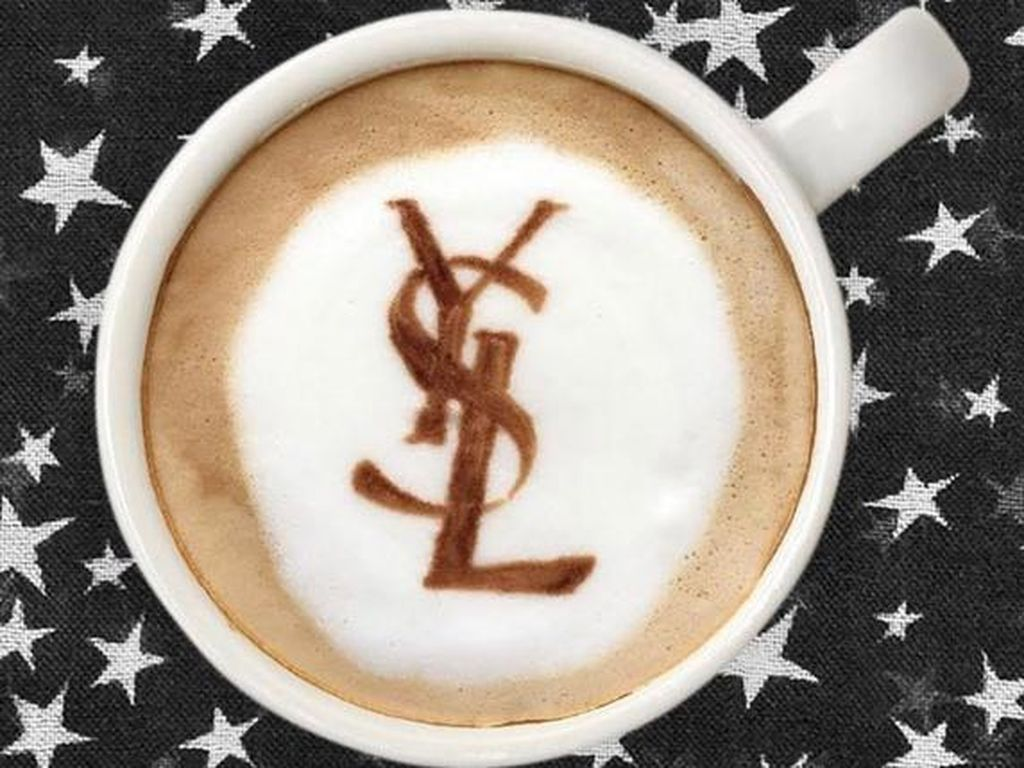 Brand Prancis, Yves Saint Laurent, juga tak luput jadi hiasan latte. Susunan huruf YSL menghias salah satu kreasinya.