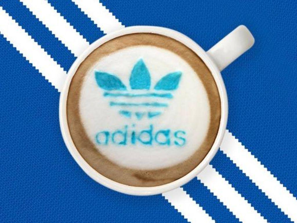 Merek olahraga Adidas juga dibuat Ryan pada latte. Logo hingga tulisan Adidas memakai warna biru.