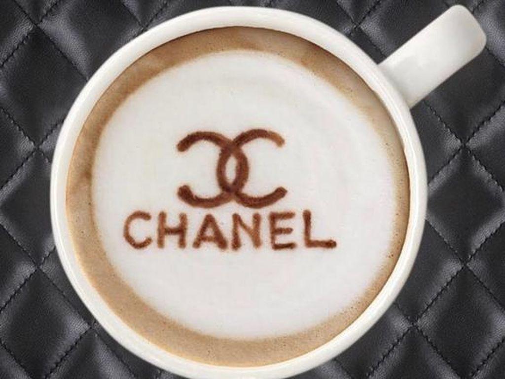 Lambang dan tulisan merek Chanel terukir di salah satu foto latte. Model tas kulit klasik Chanel menjadi latar latte.