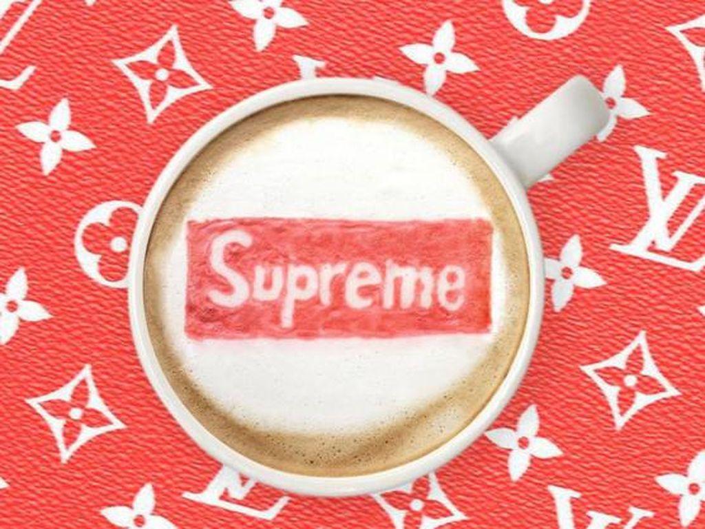 Brand streetwear Supreme terlihat dalam salah satu latte. Persis dibuat dengan warna merah yang jadi ciri khas produk fashion anak muda ini.