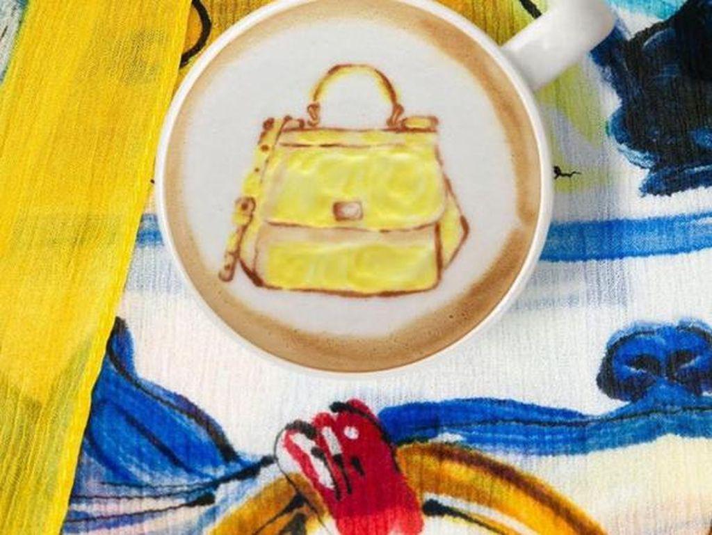 Selain logo merek populer, Ryan berkreasi dengan latte art bentuk tas. Contohnya saja Sicily Bag warna kuning dari Dolce & Gabbana ini.