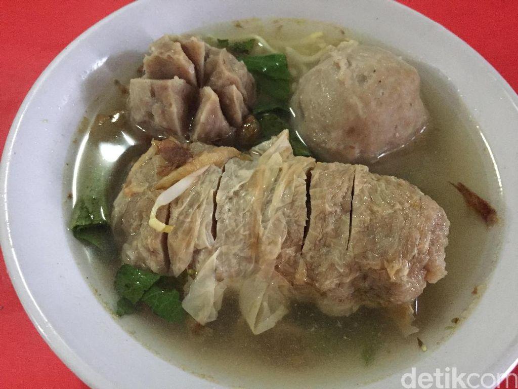 Pernah mencoba bakso gulung? Anda bisa mencobanya di Bogor. Bakso Gulung Bragi ini ada di Jalan Palayu Raya. Bakso gulung dipadu dengan bakso urat dan daging rasanya mantap.