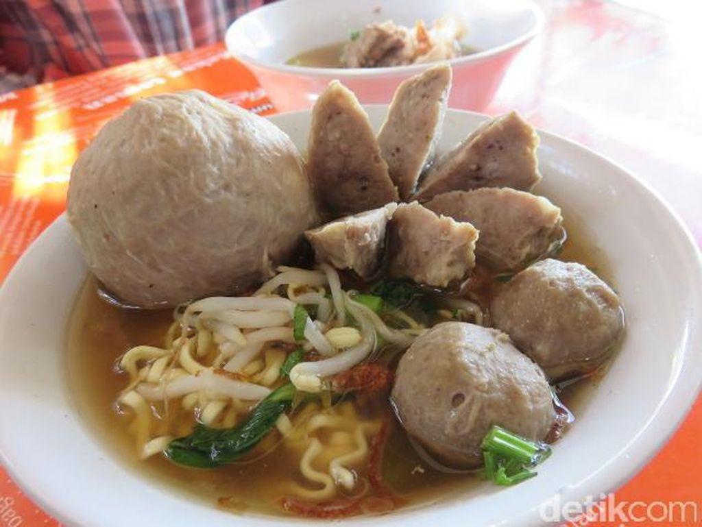 Kalau suka dengan bakso plus rusuk iga, datang saja langsung ke Bakso Rusuk Samanhudi ini. Bakso urat dipadukan dengan potongan rusuk dengan balutan daging lembut.