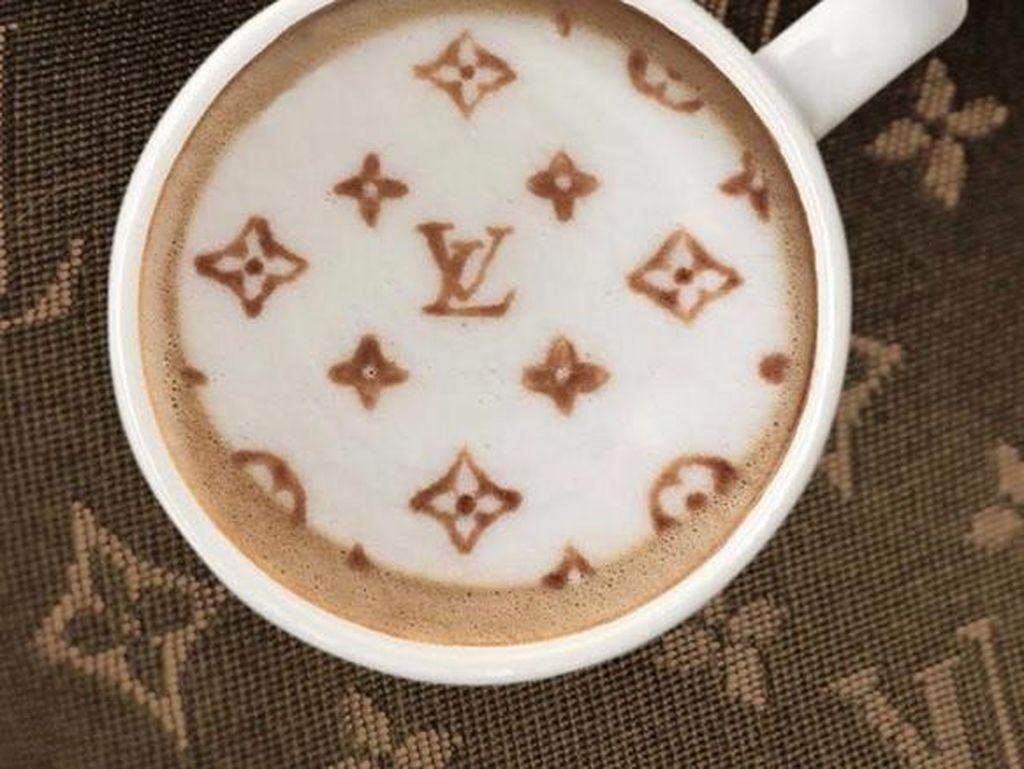 Pembuatnya, Ryan, memang seorang pencinta kopi. Ia juga sempat menghiasi latte dengan monogram Louis Vuitton.
