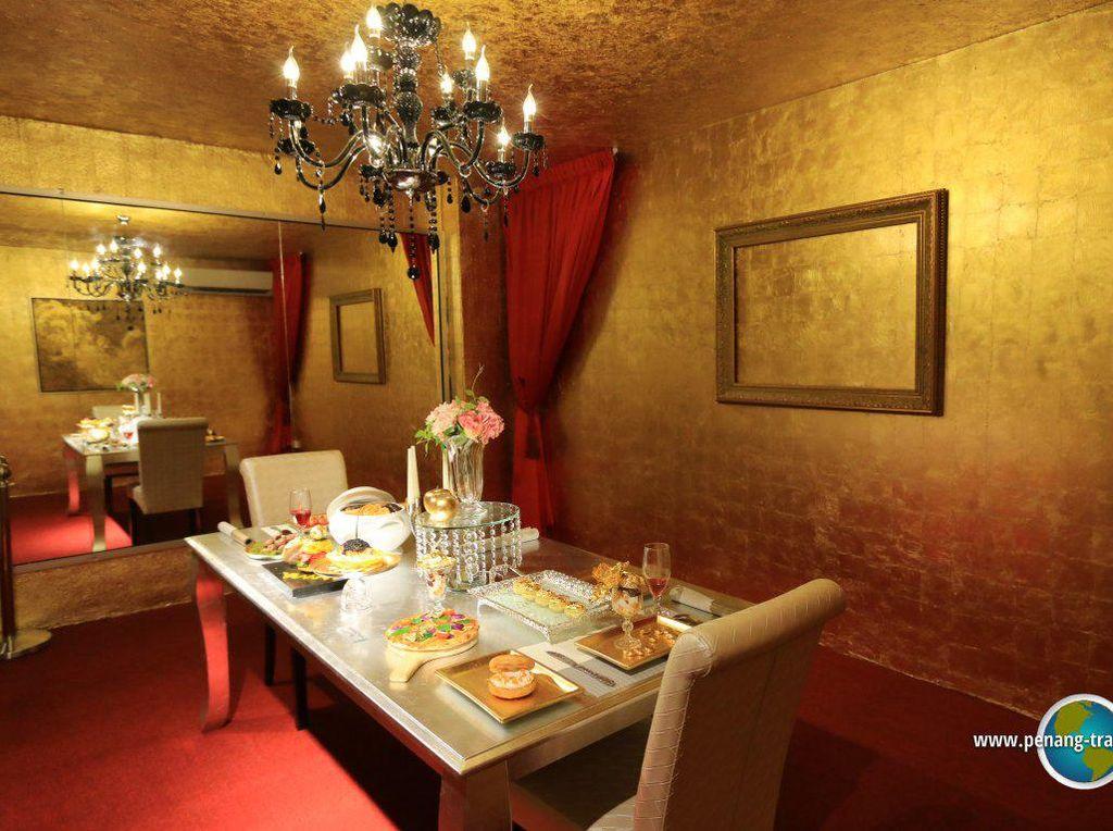 Bahkan ada beberapa ruang yang menjadi spot berisi meja makan elegan dengan makanan mewah. (Foto: Istimewa)