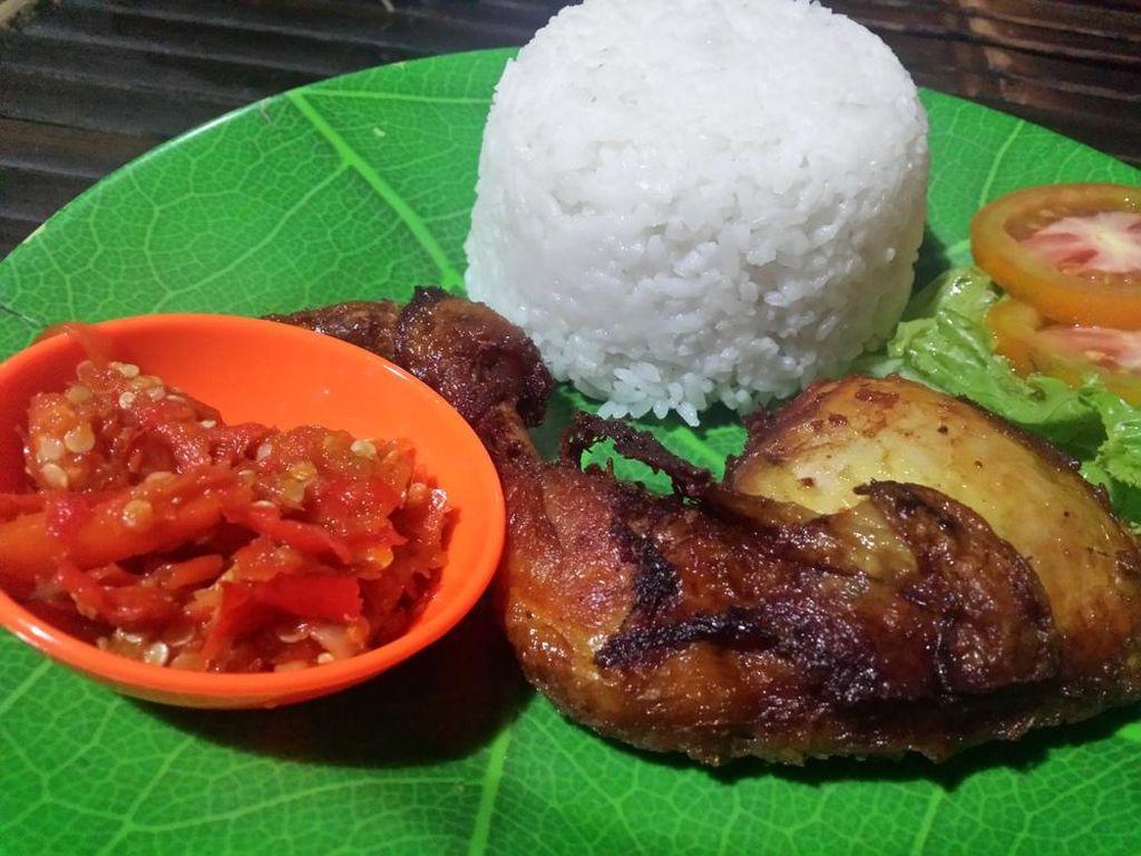 Nama Warung Sate Gajah (WSG) di Depok sudah terkenal di kalangan pencinta pedas. Rasa pedas ayam penyet di sini benar-benar menonjok. Rahasianya ada pada penggunaan cabai asal Cipanas.