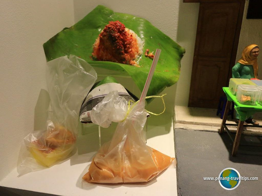 Replika nasi lemak juga hadir di sini. Nasi dengan aneka lauk dan juga minuman yang dibungkus plastik mirip seperti aslinya. (Foto: Istimewa)