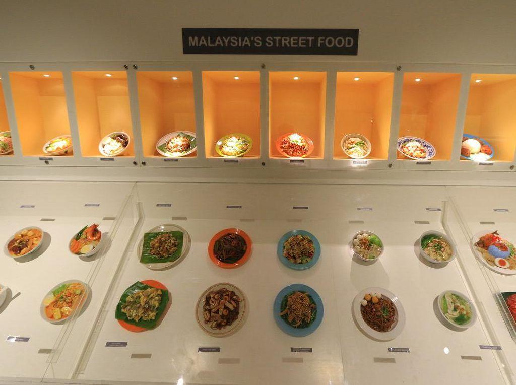 Berjajar pilihan makanan kaki lima khas Malaysia dipajang di dalam lemari kaca. (Foto: Istimewa)