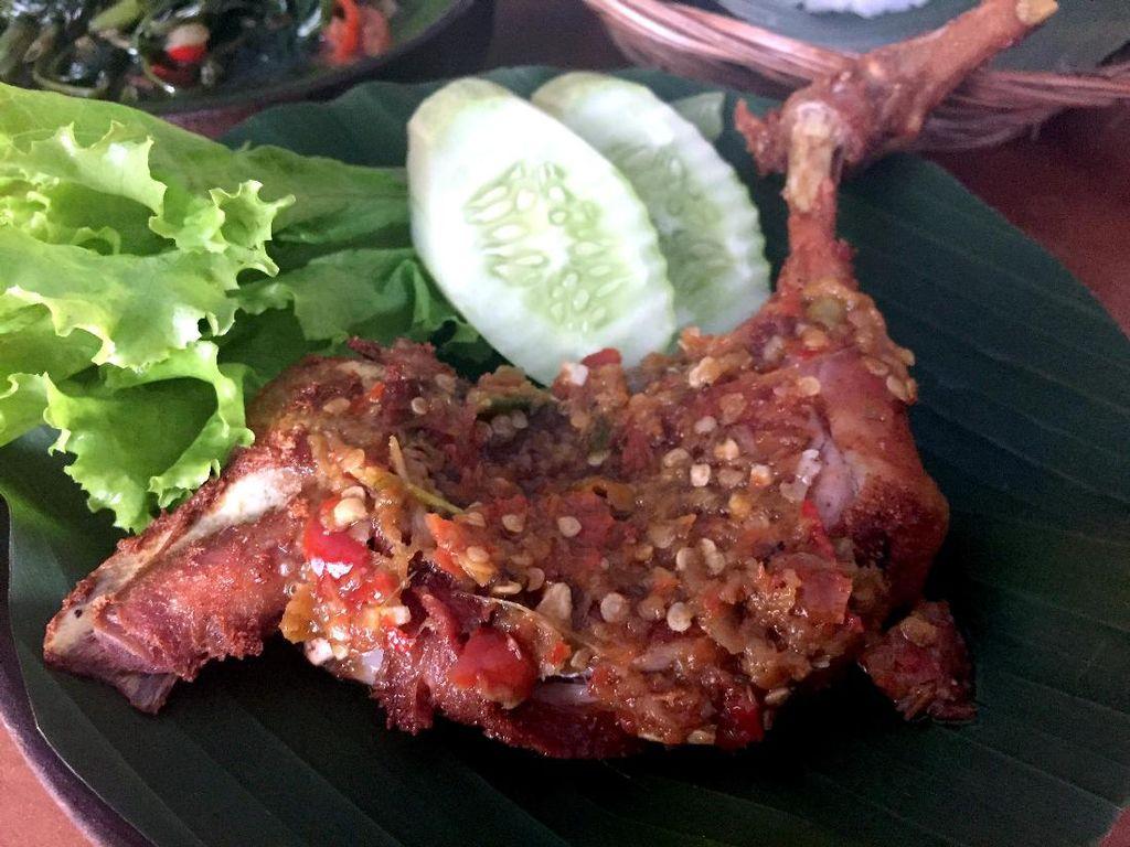 Ayam Penyet Everest di Mampang bisa jadi pilihan. Sambal rawit merahnya royal dengan rasa pedas tak main-main!