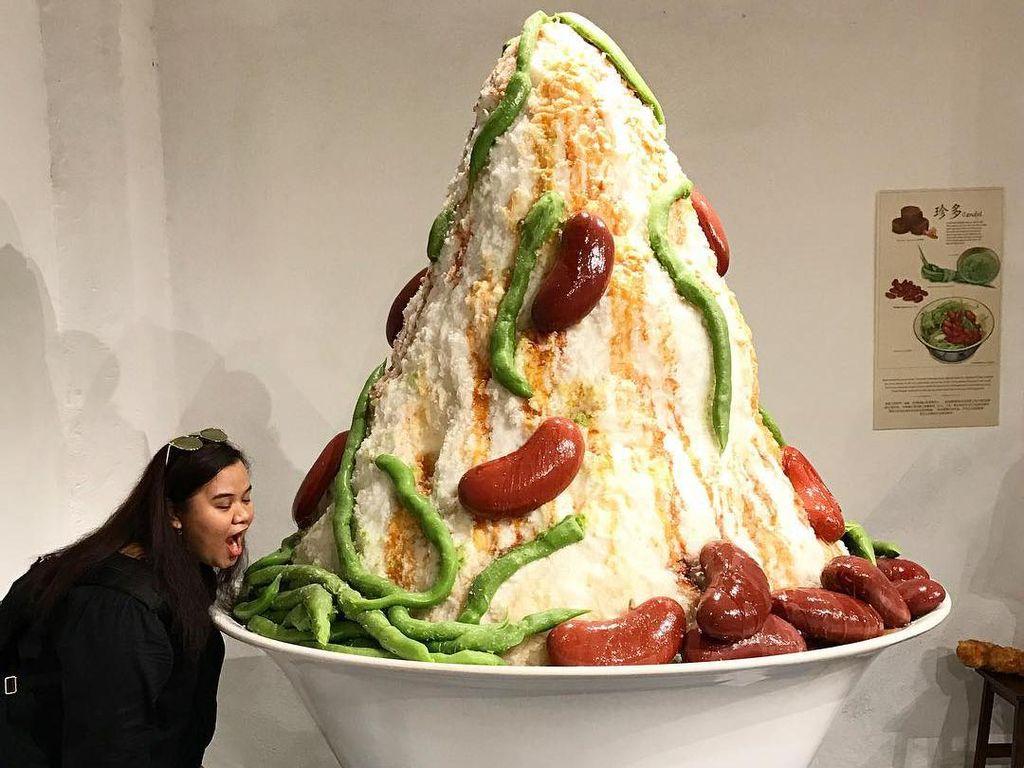 Es kacang merah dengan paduan cendol hijau plus serutan es ditambah dengan gula merah juga menyita perhatian. Bentuknya besar, lebih tinggi dari manusia. (Foto: Istimewa)