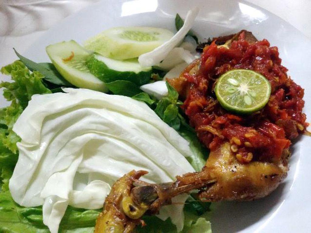 Nah, di Ciputat ada Ayam Penyet Ibu Yuli yang patut dicoba. Ayam gorengnya gurih empuk dengan paduan sambal terasi segar menggoda.