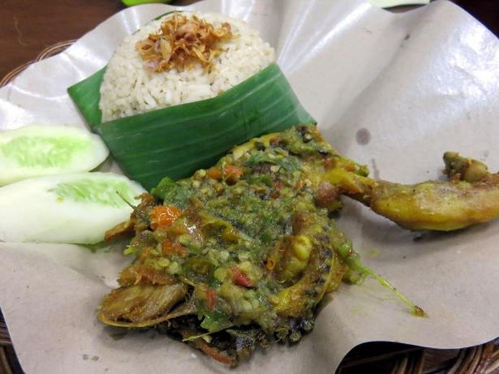 Ayam Penyet Margo juga bisa disambangi saat ke Depok. Teksturnya empuk dengan pelengkap sambal warna hijau oranye. Huahh!