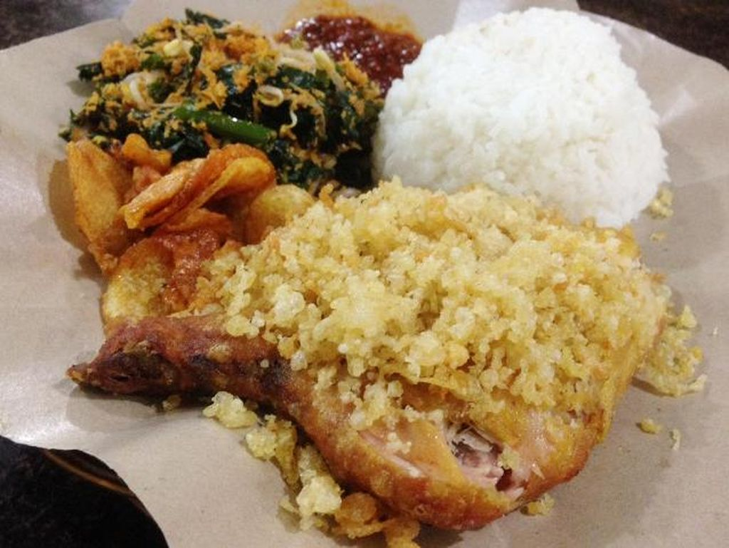 Ayam Penyet Jakarta di Cilandak juga punya menu andalan ayam penyet. Harganya terjangkau dengan cita rasa sambal pedas berjejak terasi dan daun jeruk yang nikmat.
