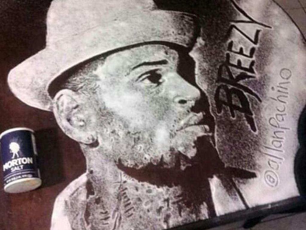 Chris Brown juga tak ketinggalan dibuatkan lukisan oleh seniman asal Bahama ini. (Foto: Istimewa)