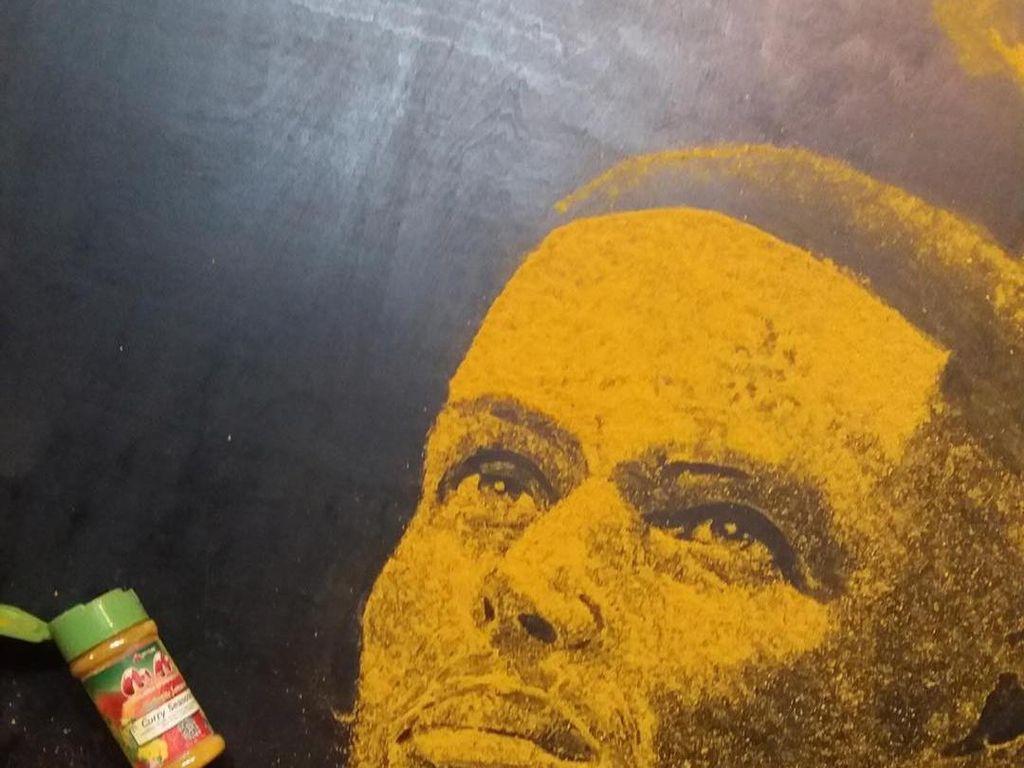 Stephen Curry, pemain basket asal Amerika terkenal ini dibuat dengan taburan bubuk kari. Salut dengan karya Wallace ini, kan? (Foto: Istimewa)
