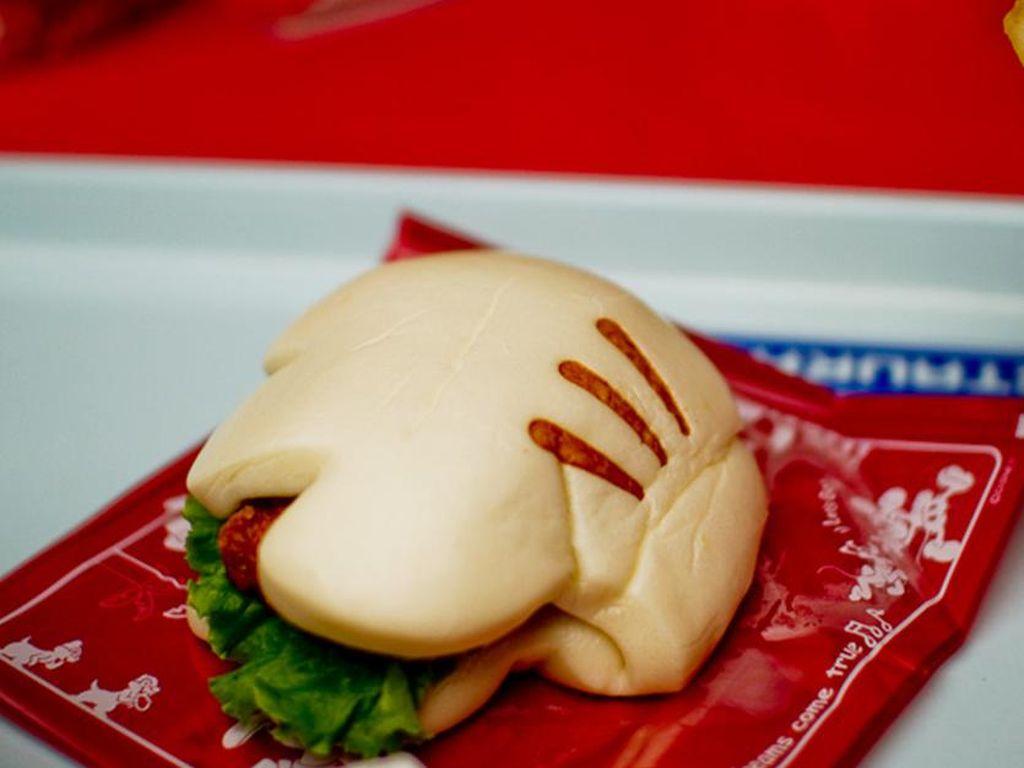Burger dengan bentuk sarung tangan mickey bisa jadi sajian makan siang yang mengenyangkan di Tokyo Disneysea. (Foto: Istimewa)