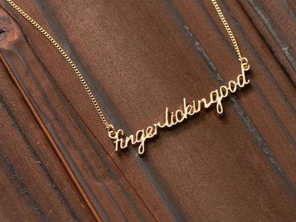 Ada juga kalung bertuliskan Finger Lickin Good. Kalung kabarnya berlapis emas. (Foto: Istimewa)