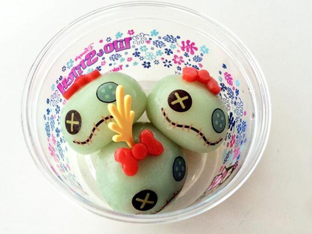 Tokyo Disneyland juga punya scrump mochi yang enak. Karakter ini populer di film Lilo and Stitch, dengan rasa pisang, mangga dan ubi. Enak! (Foto: Istimewa)