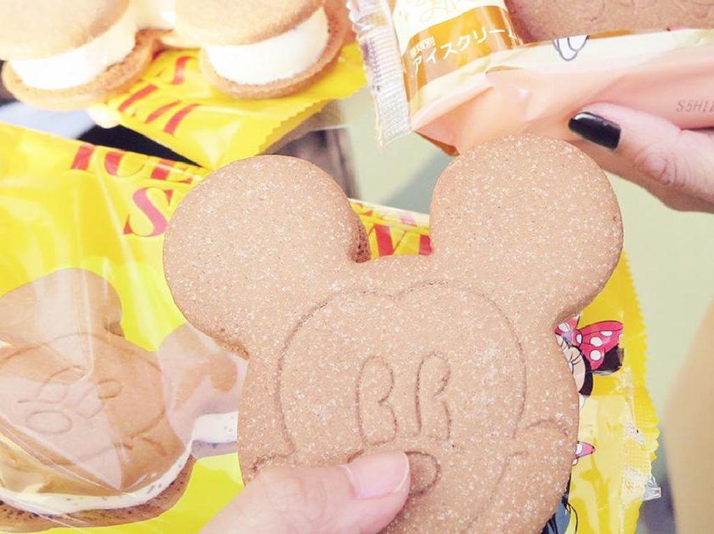 Puas bermain di Tokyo Disneyland, sebaiknya coba es krim tiramisu berbentuk Mickey yuk! (Foto: Istimewa)
