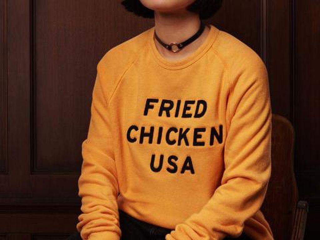 KFC menawarkan sweater kuning bertuliskan Fried Chicken USA. Pas untuk menghangatkan tubuh. (Foto: Istimewa)
