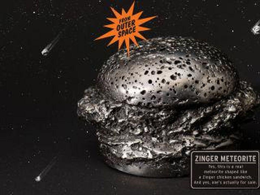 Produk unik lainnya berupa Zinger Meteorite. Harganya mencapai $20.000 (Rp 256 juta)! Kabarnya meteorit berbentuk burger ayam Zinger ini berusia 400 tahun. (Foto: Istimewa)