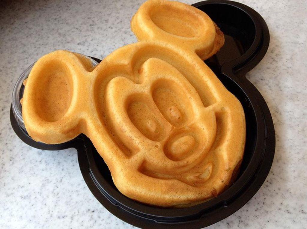 Hong Kong Disneyland punya waffle yang lucu dengan rasa manis. (Foto: Istimewa)