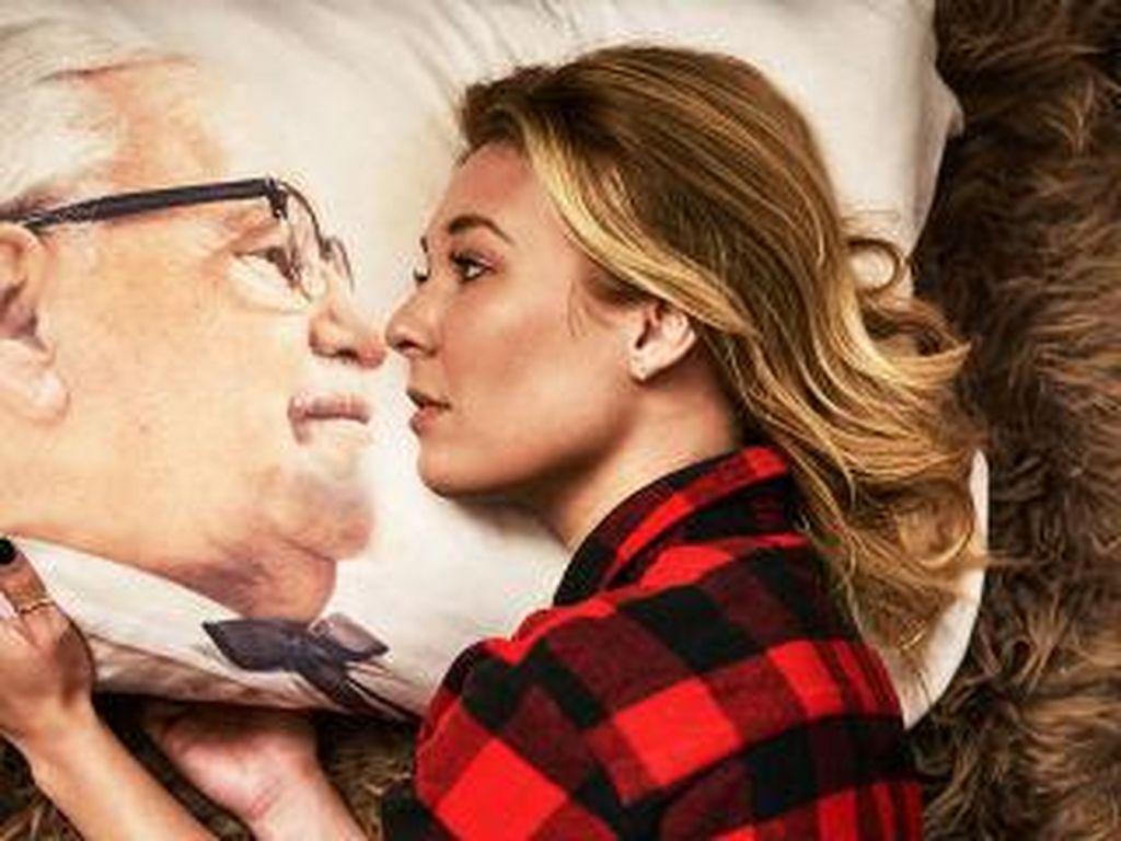 Dream Colonel Pillowcase berupa bantal bergambar Colonel Sanders. Tidur pun bisa ditemani muka ikonik ini!(Foto: Istimewa)
