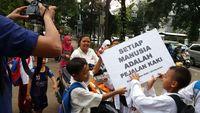 Pejalan kaki di Indonesia dilindungi oleh undang-undang lalu lintas. Dalam UU tersebut, jelas disebutkan bahwa trotoar adalah hak pejalan kaki. (Foto: Koalisi Pejalan Kaki)