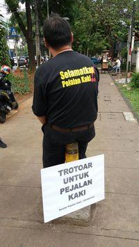 Alfred Sitorus, pendiri sekaligus ketua Koalisi Jalan Kaki, mengatakan aksi ini adalah jawaban atas sebuah survei terbaru yang menyebut orang Indonesia paling malas jalan kaki. (Foto: Koalisi Pejalan Kaki)