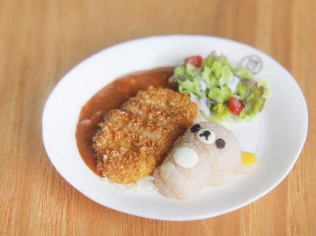 Tampilan Curry rice Rilakkuma ini benar-benar bikin lapar! Ada kepalan nasi bentuk beruang, pork cutlet, saus kari hingga salad. Semuanya dibuat detail oleh Teo dengan tanah liat.