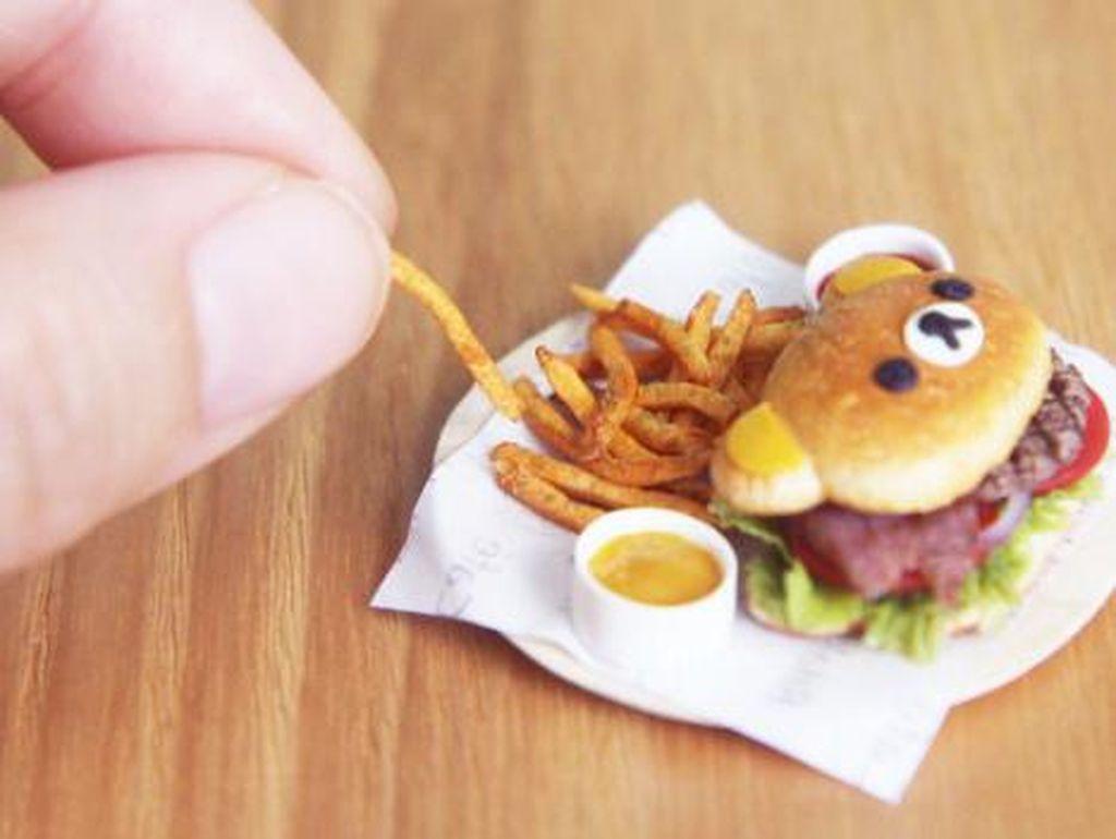 Wanita Singapura ini juga membuat miniatur Burger Rilakkuma. Teo mengaku bagian tersulitnya adalah membuat kentang goreng tampak renyah dan menggiurkan.