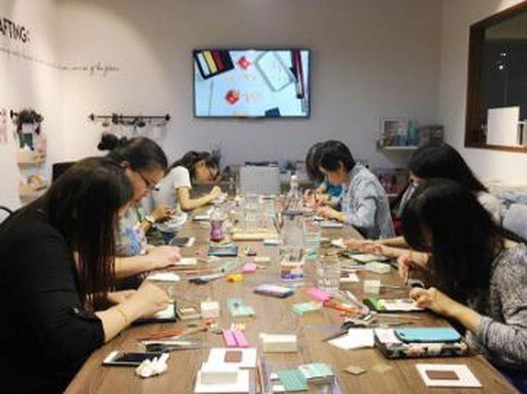 Bukan hanya berkreasi sendiri, Teo kerap mengadakan workshop bagi yang tertarik dengan seni membuat miniatur makanan.