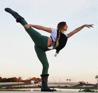 Melakukan yoga di malam hari juga tidak ada salahnya dicoba. Selain menyehatkan raga, yoga juga bisa membantu Anda memiliki akhir pekan yang lebih berkualitas karena bebas dari stres. Foto: Instagram/@sarasotawarrior
