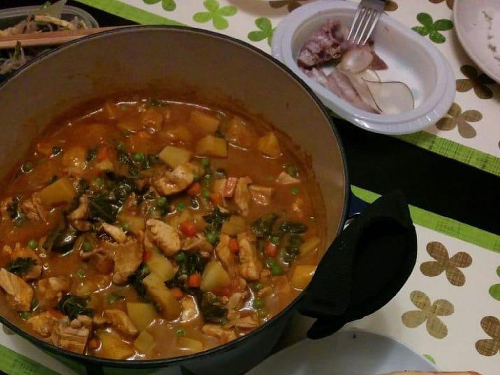 Kalau mau bikin makanan seperti restoran India, Amazon punya butter chicken curry paste yang bisa dicoba. Tinggal tambahkan mentega dan air.