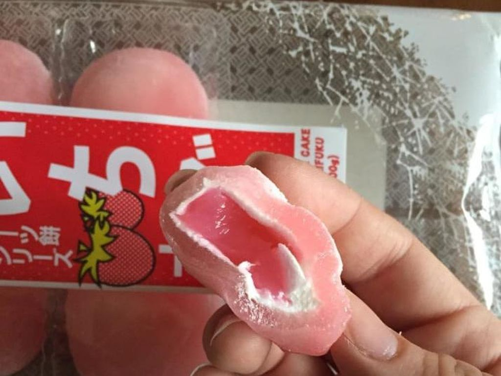 Strawberry mochi punya isian yang enak. Camilan kenyal asal Jepang ini tersedia di Amazon.