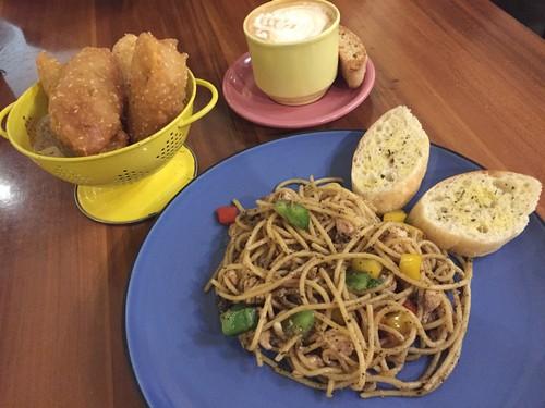 Wiki Koffie: Nikmatnya Menyeruput Caramel Cafe Latte Sambil Ngemil Pisgor Bangkok