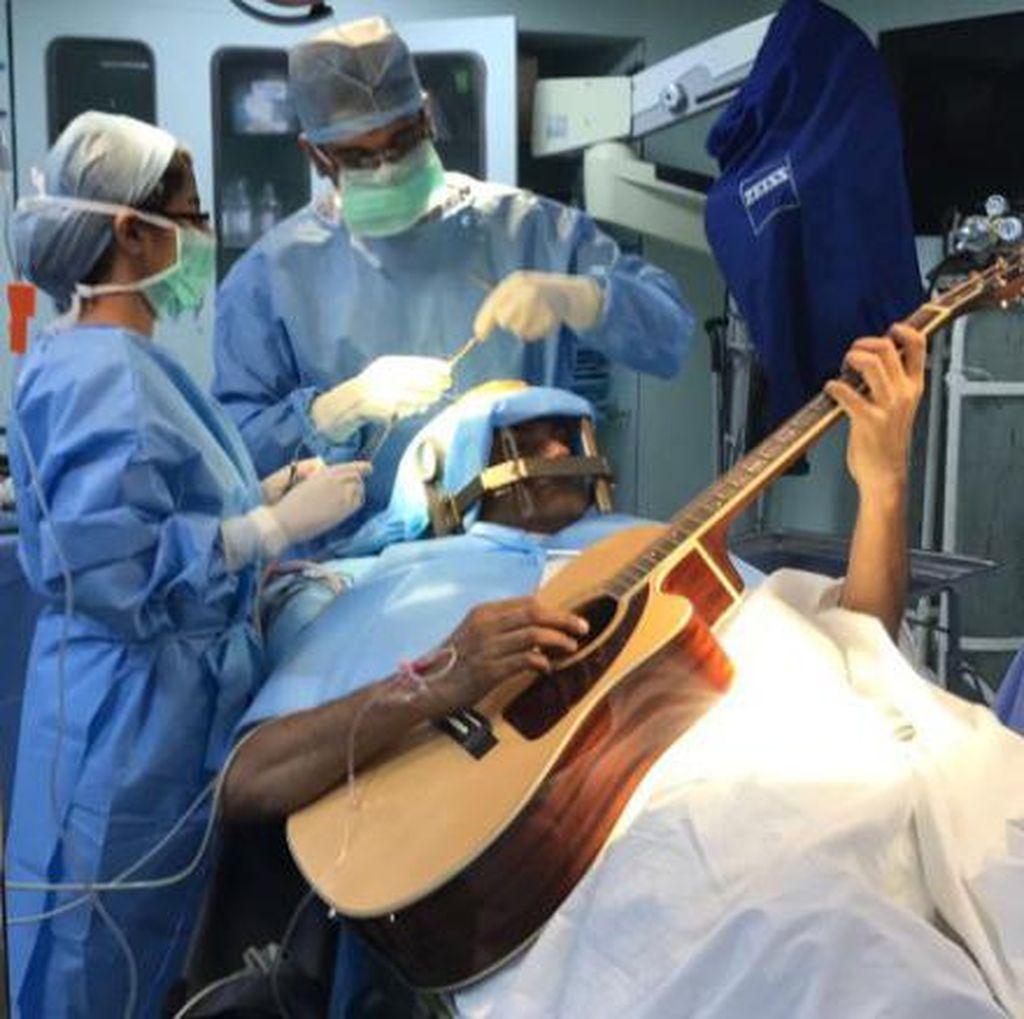 Pria Ini Main Gitar Saat Otaknya Dibedah, Ternyata Ada Maksudnya