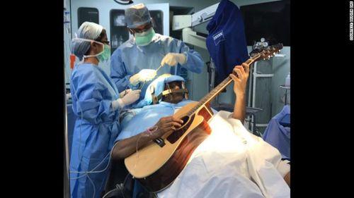 Jalani Operasi Otak Sambil Main Gitar? Orang-orang Ini Pernah Mengalaminya 1