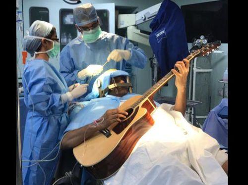 Main Gitar Saat Otaknya Dibedah