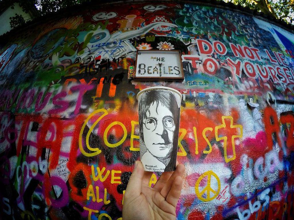 Tak ketinggalan, potret John Lennon yang legendaris di Praha. (Foto: Berk Armagan)