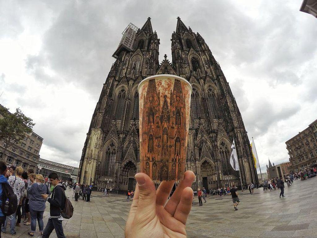 Armagan selalu membawa cup polos saat bepergian. Inspirasinya datang dari mana saja, termasuk saat melihat Cologne Cathedral di Jerman ini. Gambarnya tampak detail, menyerupai asli. (Foto: Berk Armagan)