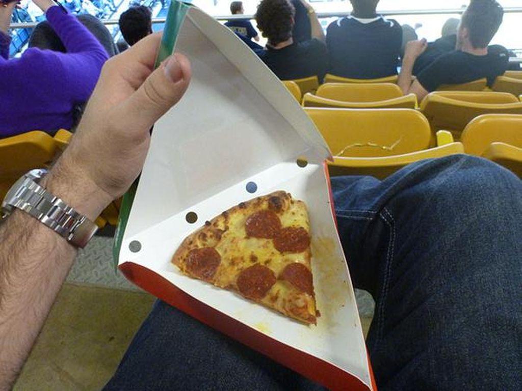 Kotak pizzanya besar, tapi justru potongan pizzanya hanya sebesar ini! (Foto: Bored Panda)